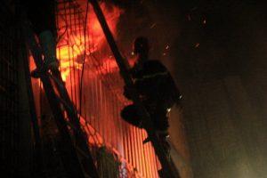 Cơ quan chức năng đang xử lý đám cháy