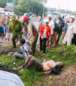 2 đối tượng bị người dân khống chế nằm gục bên đường