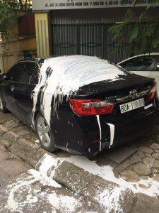 Hình ảnh chiếc xe ô tô bị hất sơn trắng