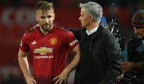 HLV Mourinho động viên Shaw sau trận đấu