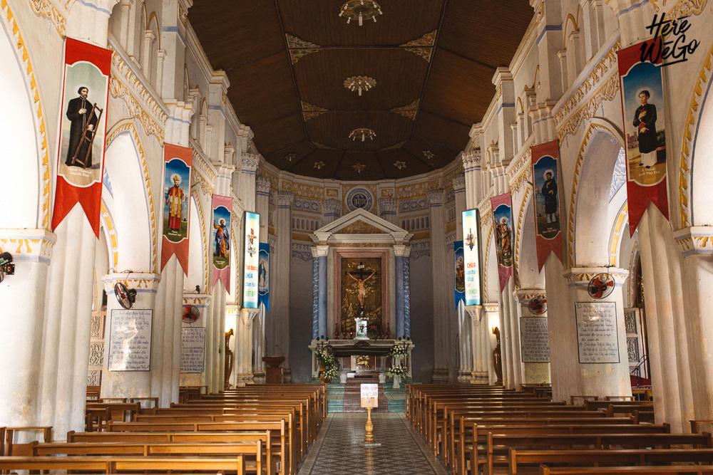 Bên trong nhà thờ Mằng Lăng