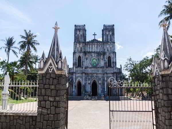 Tham quan nhà thờ Mằng Lăng trăm tuổi ở xứ Nẫu Phú Yên