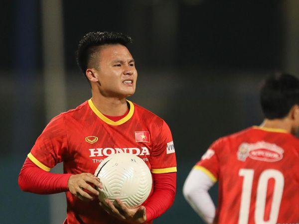 Tin bóng đá 29/5: Quang Hải bị đau khi bắt cú đá của Công Phượng